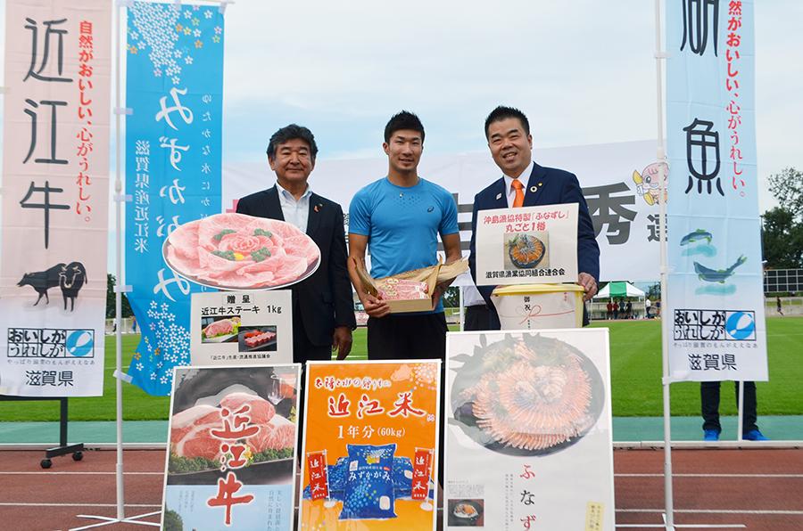 桐生選手に贈られた滋賀の県産品の数々(24日・東近江市)