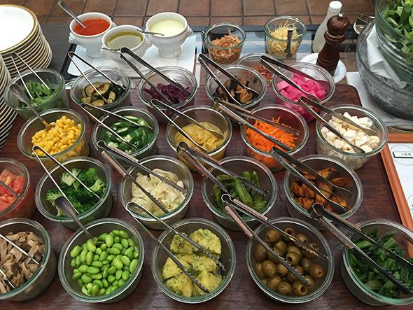 定番の色とりどりの野菜のサラダ(アーモンドペーストをトッピングしていただくなど、こちらも秋仕様)