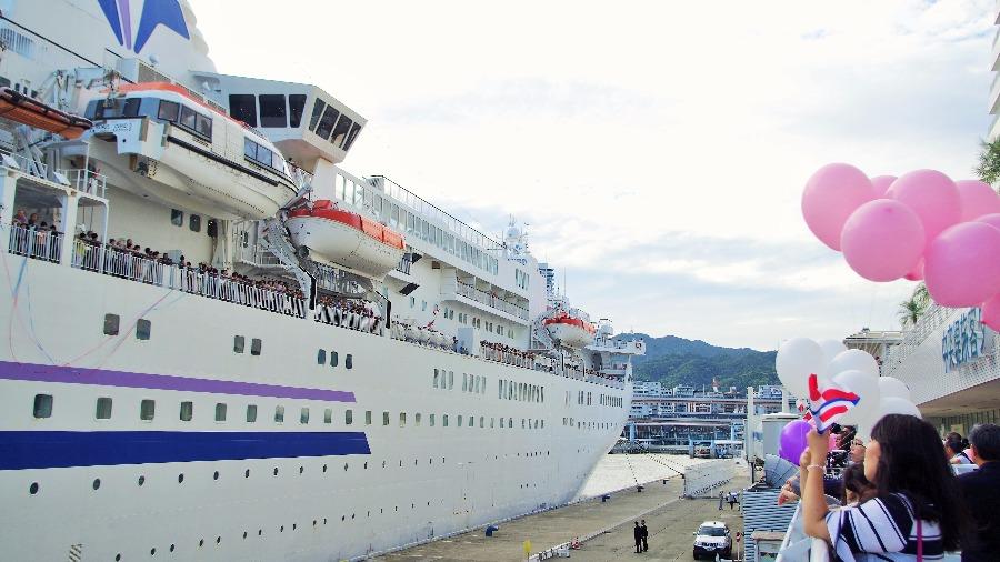 出港する客船「ぱしふぃっく びいなす」(1日・神戸港)