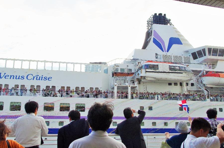 旅に出る船客とそれを見送る人々(1日・神戸港)