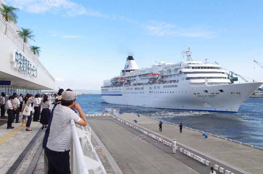 海岸から見た客船「ぱしふぃっく びいなす」(1日・神戸港)