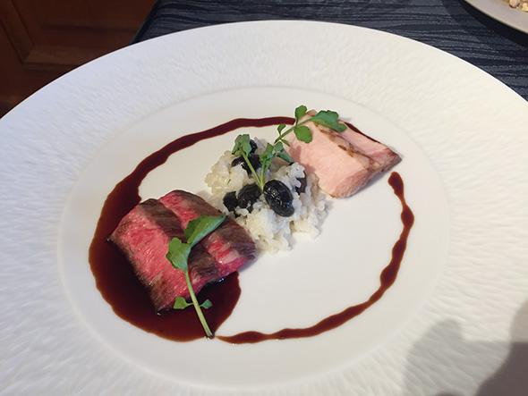 レストラン「ル・クール神戸」ディナーメニューの肉料理「丹波栗きん豚のグリエ 丹波産黒豆のリゾット添え」