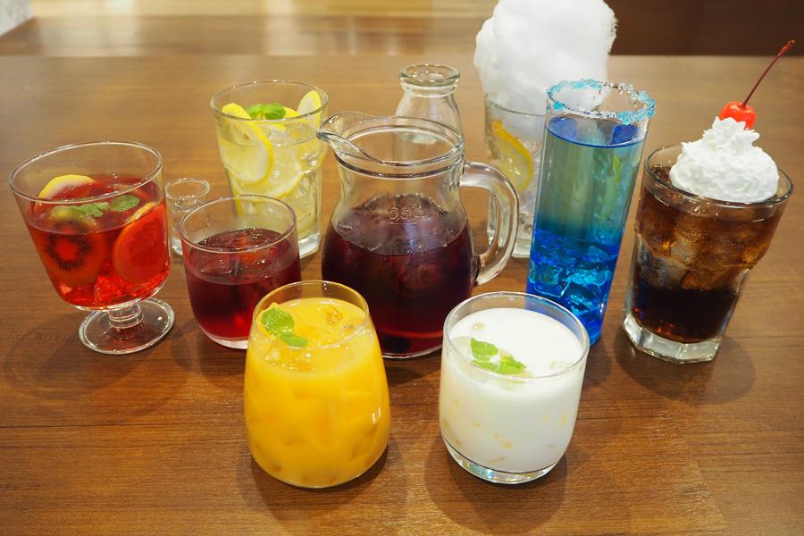 TERU、TAKURO、HISASHI、JIROの個性が発揮されたオリジナルドリンク(各900円、アルコールは各1000円)