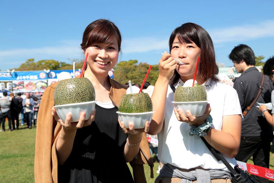 メロン生産量日本一の茨城県からインパクト大!の「メロンまるごとクリームソーダ」