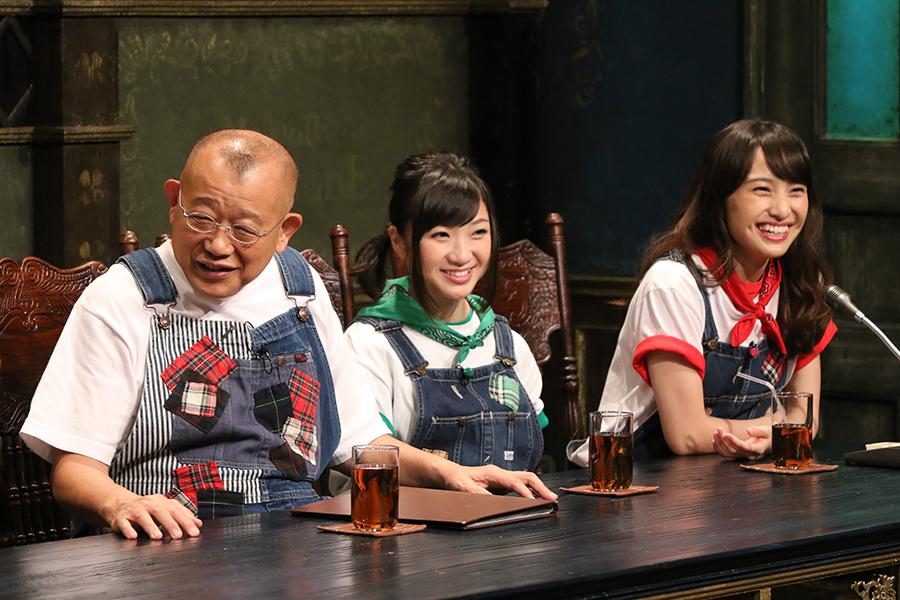 MCの笑福亭鶴瓶と有安杏果と百田夏菜子(左から)