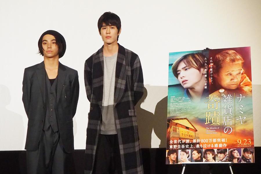 舞台挨拶に登場した村上虹郎(左)、寛一郎(24日、大阪市内)
