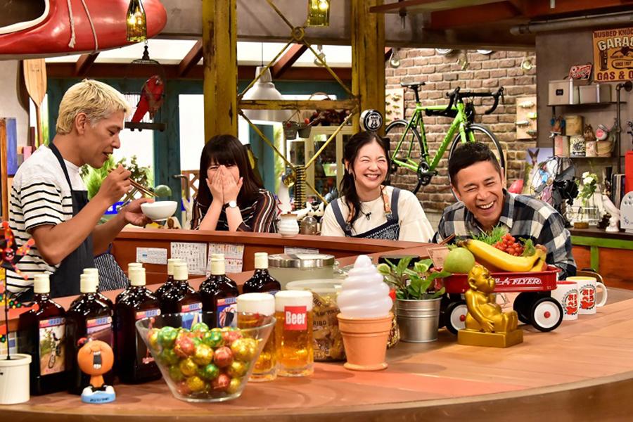 カンテレのトークバラエティ『おかべろ』に出演した関根麻里(右から2人目)