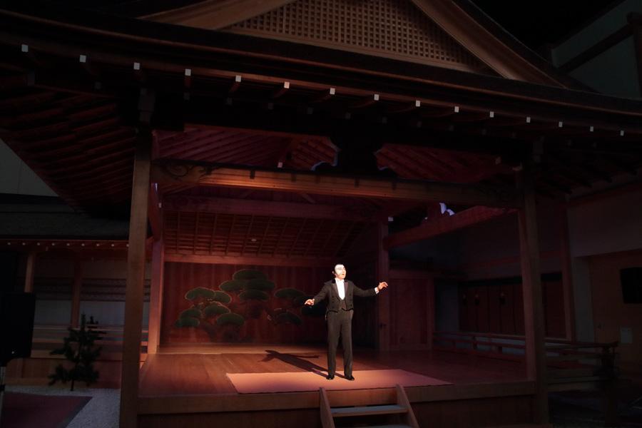 能の舞台という独特の雰囲気のなか、歌声を披露した怪人役の村