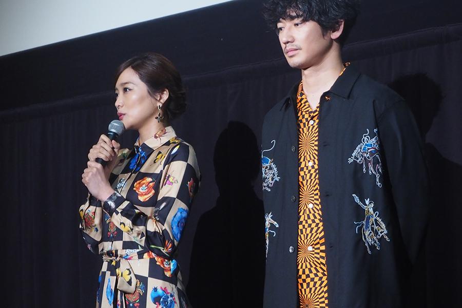映画『リングサイド・ストーリー 』の舞台挨拶に登場した佐藤江梨子(左)と瑛太(7日・大阪市内)