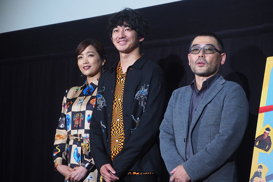 フォトセッションに応じる佐藤江梨子、瑛太、武正晴監督(左から、7日・大阪市内)