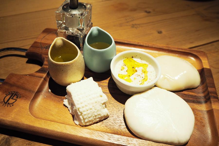 店内工房でハウスメイドしたチーズの盛り合わせ「チーズプラッター」2980円。右手前がブラータチーズ