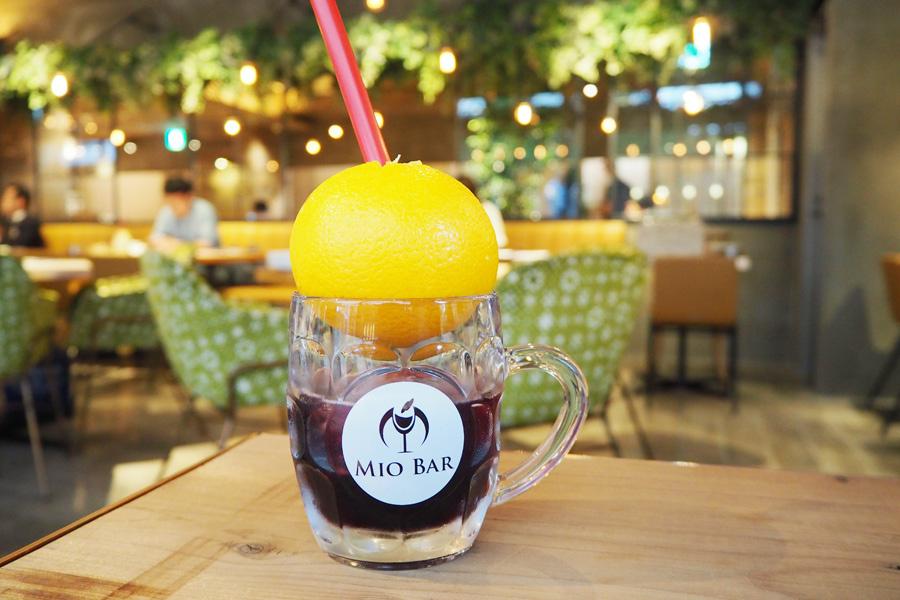 まるごと果実のスパークリングワイン「ランブルスコ」680円はオレンジ・グレープフルーツから選べる(ワインおかわり300円)