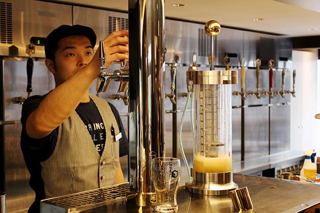 独自に開発された「ビアインフューザー」を使用して、ホップの香りや風味をプラスできる。東京ではパクチー風味も人気だそう