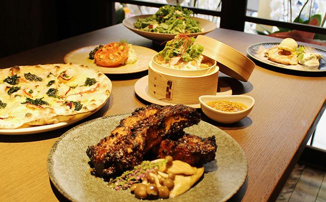 漬物や湯葉、お麩など京都らしい食材をアレンジしたフードも多い。サラダやグリル料理、ピッツアなどのほか、スイーツも用意。メニューにはおすすめのペアリングビールが記載されているので参考に