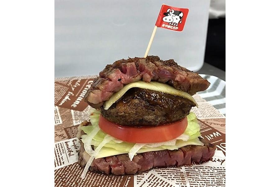 ステーキ×パティ×ステーキの「ビッグニック」(2138円)