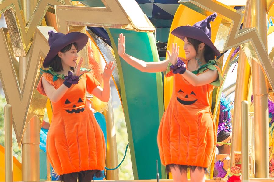 お揃いのかぼちゃコーデの仮装を選んだ広瀬アリス(右)・すず(左)姉妹