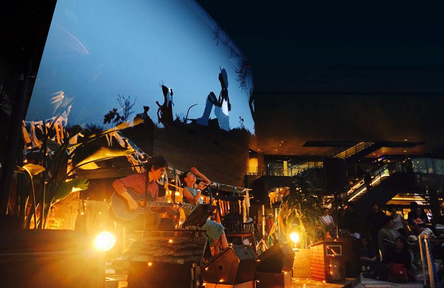 屋外ステージ「メインシアター&星空の楽団」