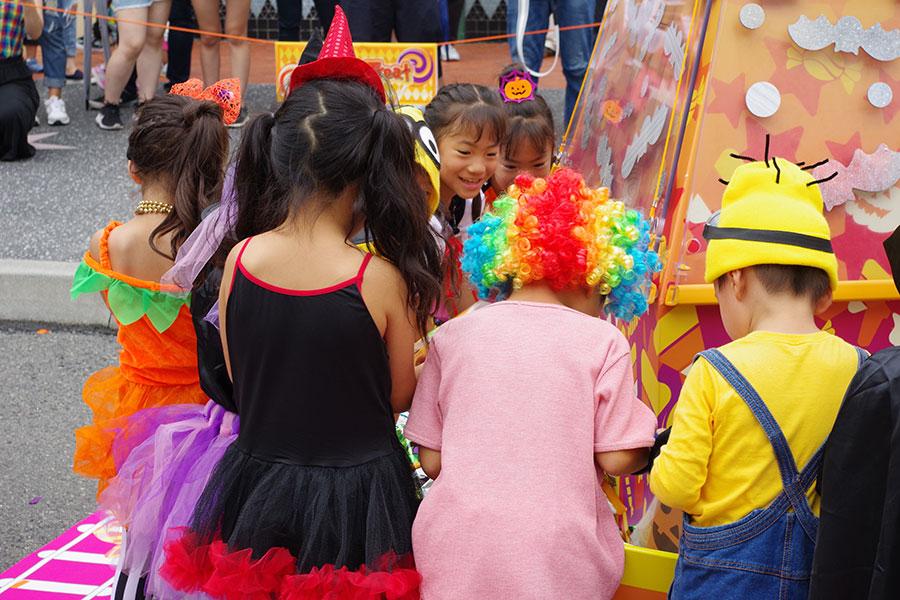 仲良く、お菓子を入れられるだけ袋に詰め込む子どもたち