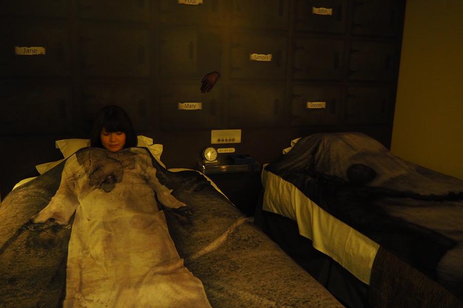 ベッドカバー(左)には「顔部分がない手術白衣のデザイン」がされており、写真撮影にぴったり