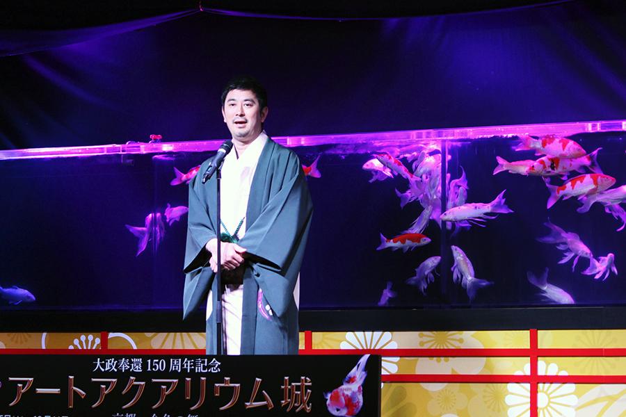 新作「水戯の舞台」であいさつをするアートアクアリウムアーティストの木村英智(25日・京都市内)