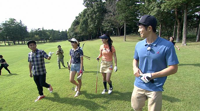 ナイスショットだけでなく、ミスショットの連発も。女子大生との楽しいゴルフに、浜田と庄司はニヤニヤしっぱなし