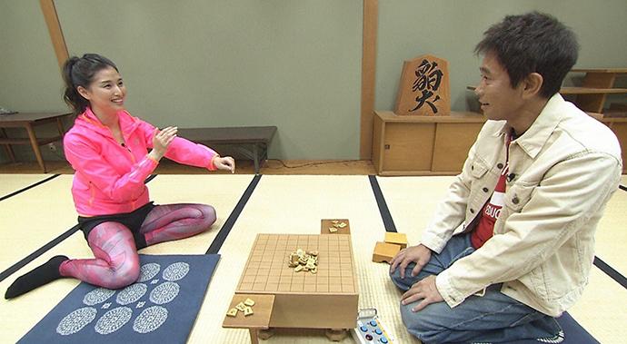 大阪・福島にある関西将棋会館で「ビリビリ装着で将棋くずし」に挑む橋本マナミ