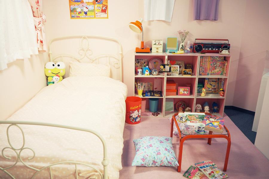 ダブルデッキラジカセ、キャラクターゴミ箱など、80年代の女子部屋を再現したコーナー