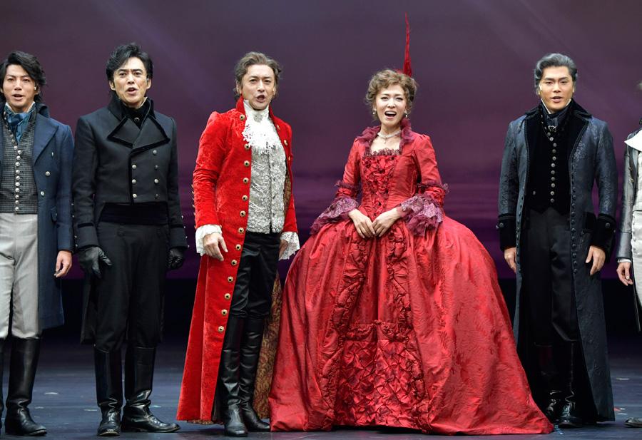 昨年の舞台より 赤い衣裳に身を包む安蘭と石丸