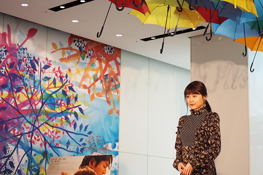 100本の傘が天井に吊されたイベントに登場した有村架純(5日・大阪市内)