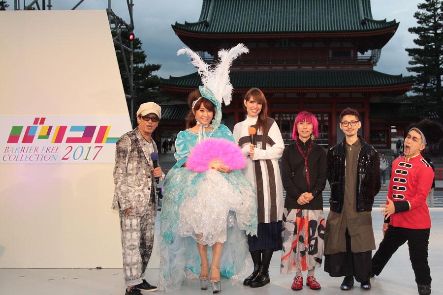 『バリコレ 2017 in 京都』に参加したはるな愛(左から2人目)ら