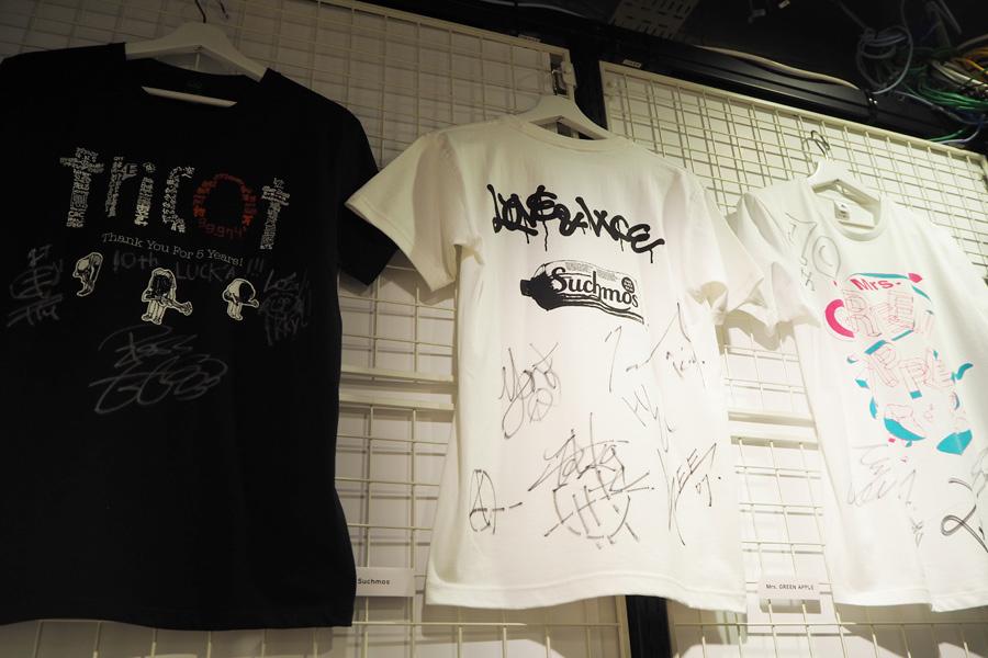 壁にはSuchmosやMrs. GREEN APPLE、tricotなどのサイン入りTシャツの展示も