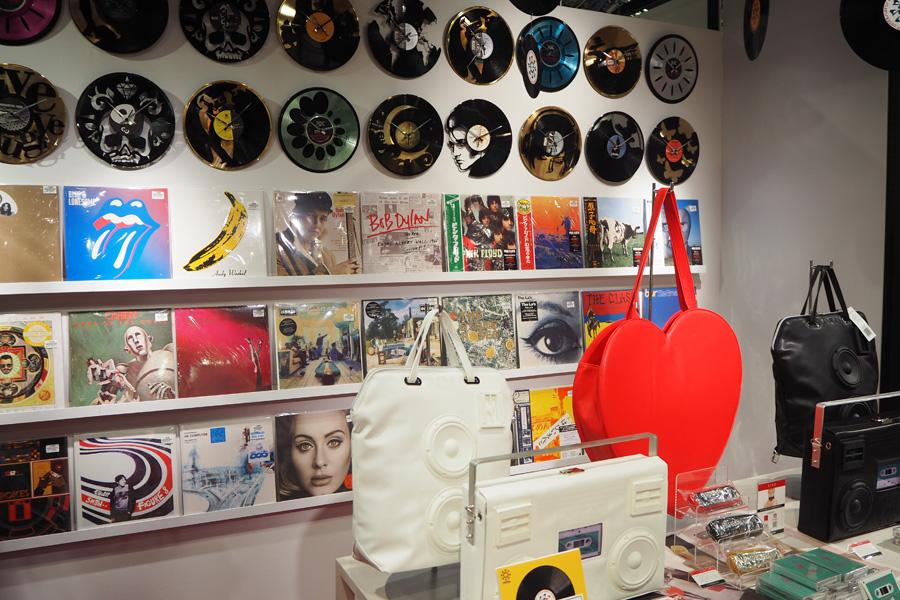 レコードを加工した時計やアンプを模したバッグなどを集めたショップ「OTOYA」も同会場にオープン