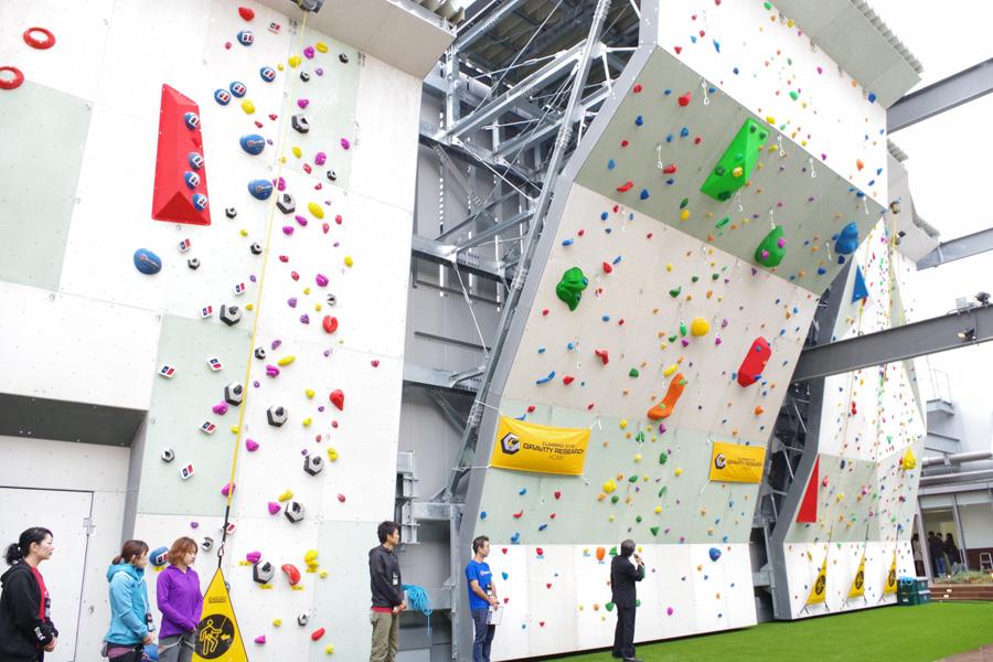 好日山荘の池田真吾社長が「当社調べで地上80メートルにあるクライミングジムは日本で初」という「グラビティリサーチ ミント神戸」の人工壁