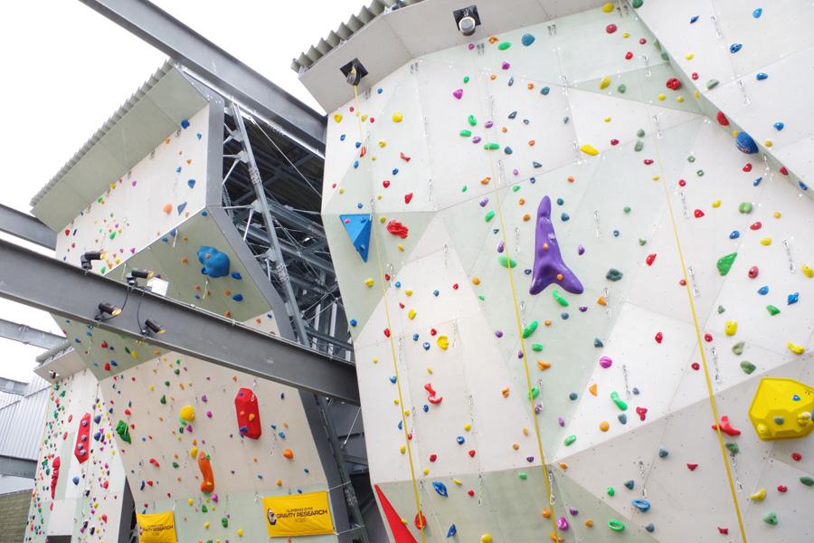 最大傾斜は140度という中・上級者向けのリード壁