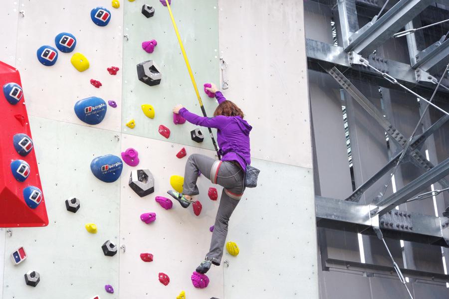 「初心者の方でも登りやすい壁が用意されているので、挑戦してみてください」杉村紗恵子選手
