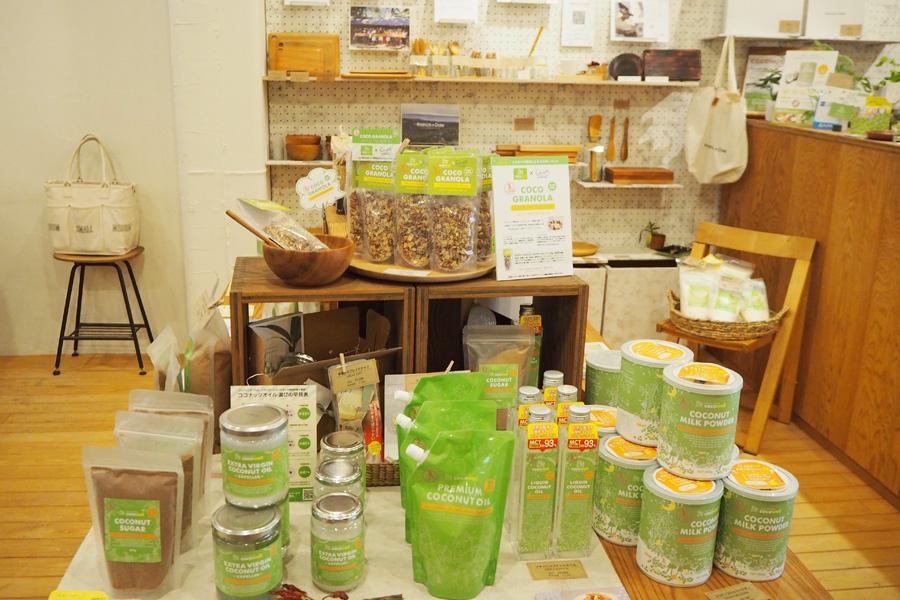 店内には、ココナッツミルクパウダーやココナッツシュガーのほか、洗顔石けんやリップクリームなどのココナッツ製品も並ぶ