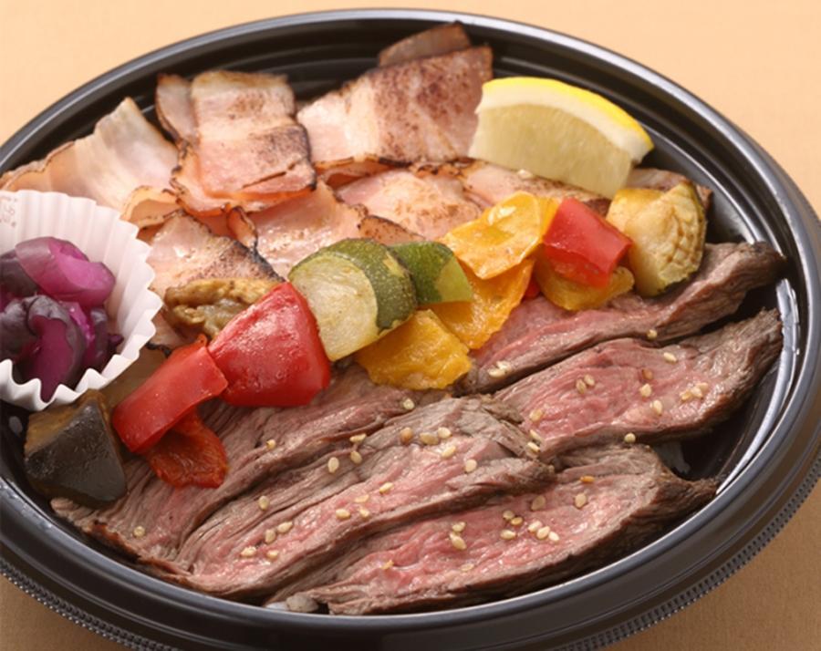 「アンガス牛のビーフステーキとホエー豚のベーコンのあぶりのW丼」(神戸開花亭・972円)