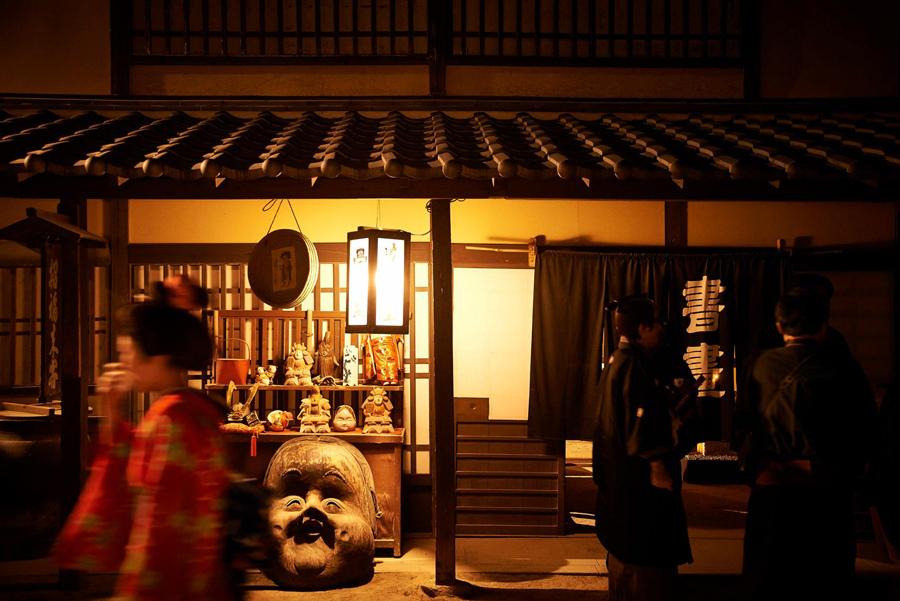 京都の老舗店の主人が侍に扮することも