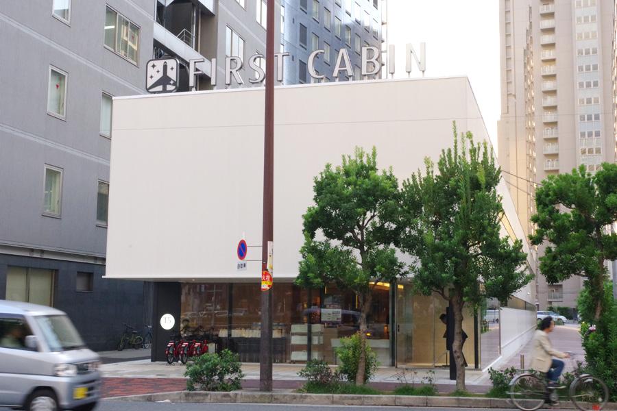 細長い建物が特徴的。阪神電車の創業時から1993年まで地上にあった阪神本線の線路跡地を有効活用したもの