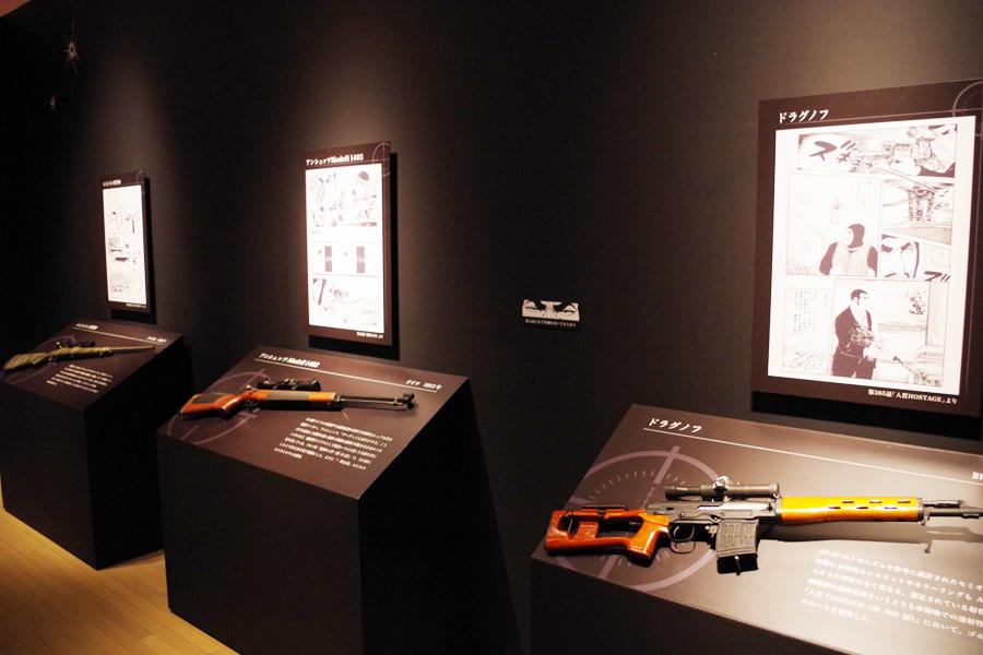 拳銃やライフルなど精巧に再現されたモデルガンはスタッフが資料用に制作したもの