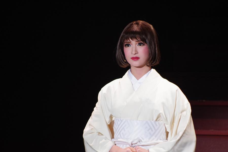 「二夫にまみえず」と髪を切り、白い喪服姿で現れる『はいからさんが通る』(2017年)で紅緒役を演じた華優希