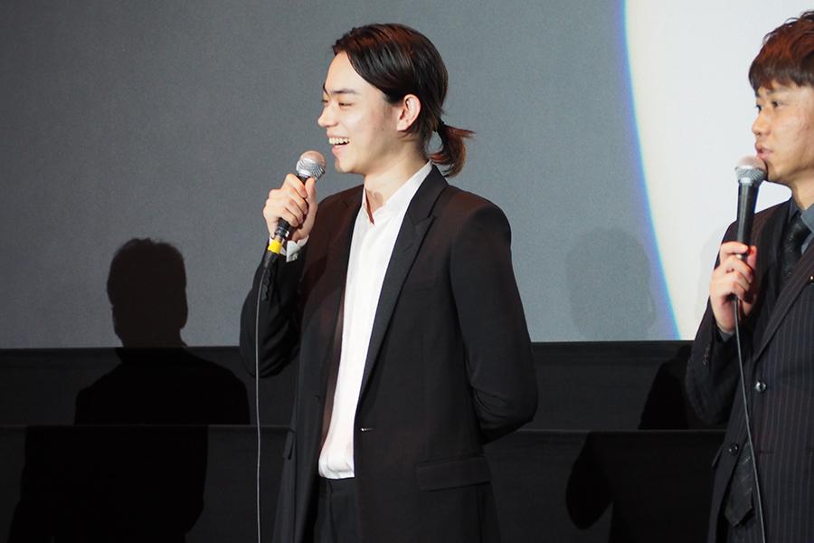 映画『火花』の舞台挨拶に登場した菅田将暉(15日・京都市内)