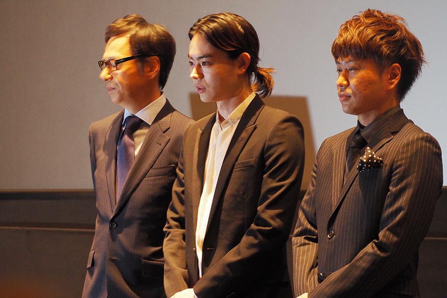 左から、板尾創路監督、菅田将暉、二丁拳銃・川谷修士(15日・京都市内)