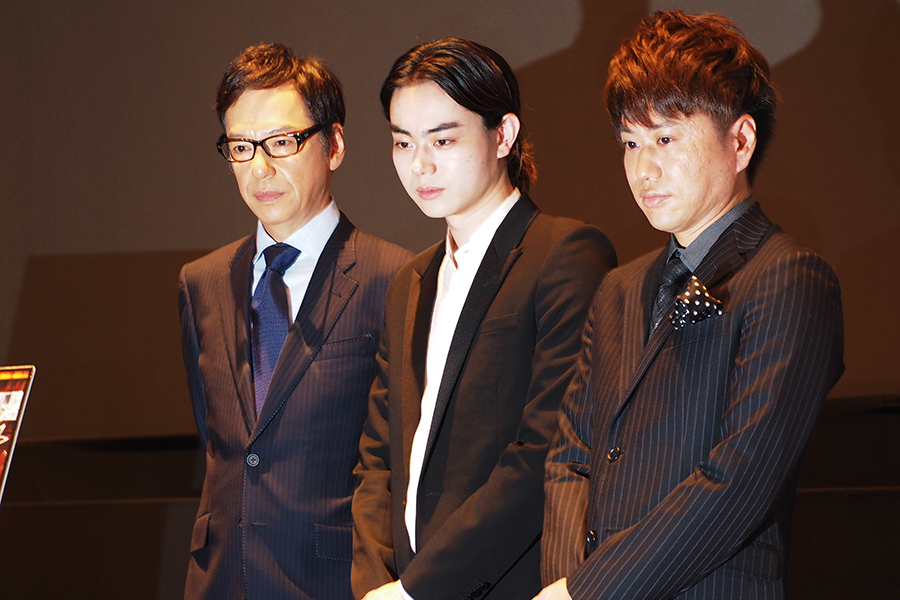 左から、板尾創路監督、菅田将暉、2丁拳銃・川谷修士(15日・京都市内)