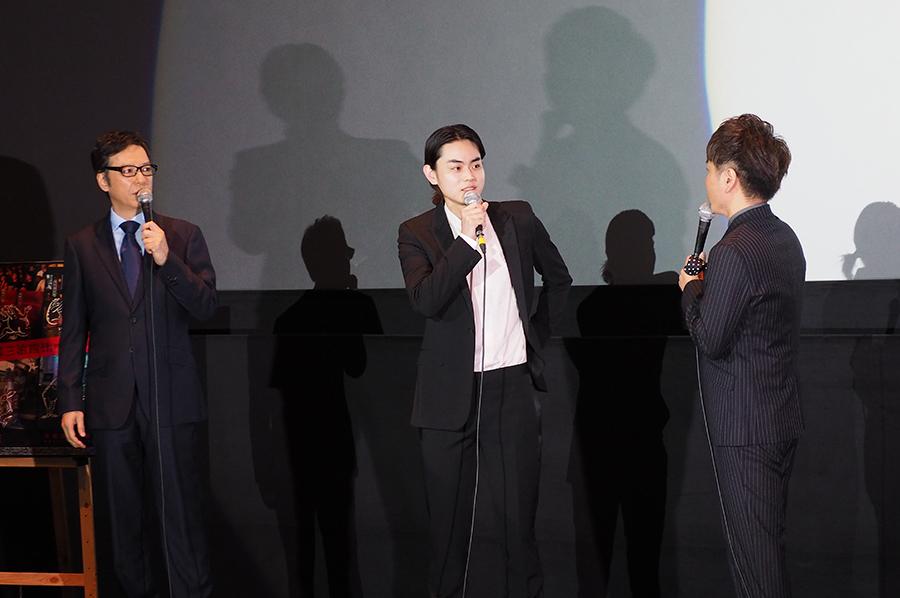 左から、板尾創路監督、菅田将暉å、二丁拳銃・川谷修士(15日・京都市内)