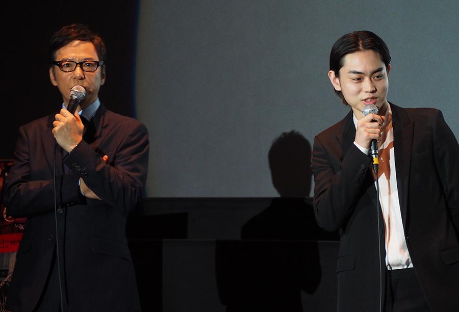 映画『火花』の舞台挨拶に登場した板尾創路監督(左)と主演の菅田将暉(15日・京都市内)