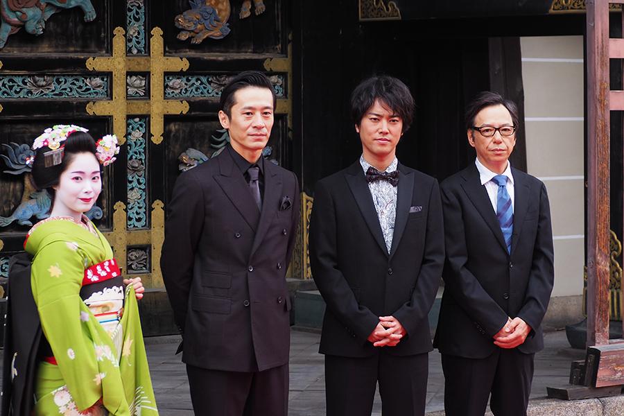 左から三浦誠己、桐谷健太、板尾創路監督(12日・京都 西本願寺)