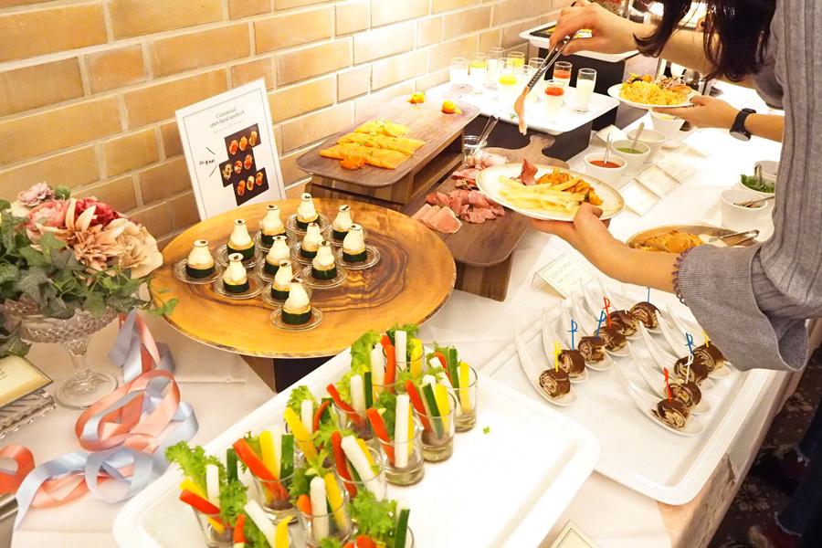 スーパーフードのフムスとショコラを合わせたトルティーヤサンド、西京味噌風味のショコラマヨネーズをつけるスティック野菜のクリュディテなど、ここでしか味わえないフードメニューが充実
