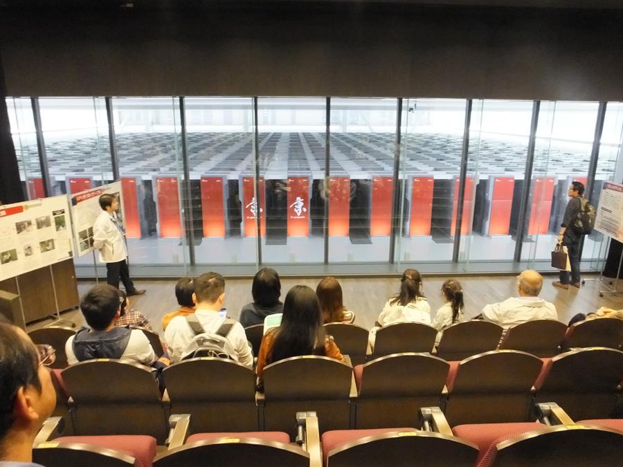 ずらりと並ぶ圧巻のスパコン「京」。個人が自由に見学できるのは本イベントだけ 写真提供:神戸市