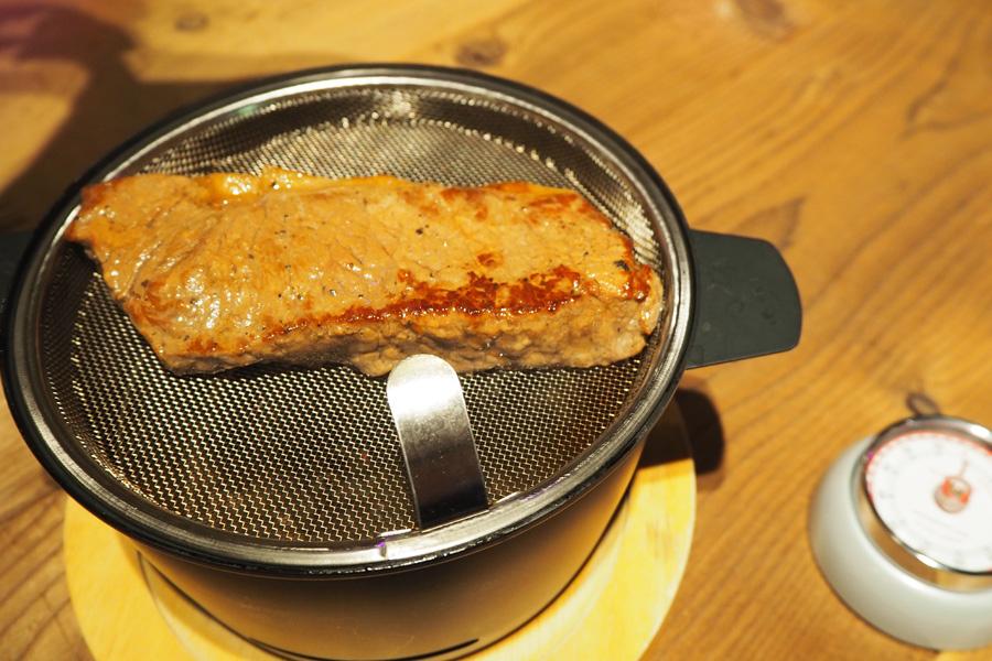 写真は牛肉もも(180g)。テーブルで約10分燻したら完成!その香りだけでワインが進みそうだ